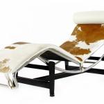 Chaise longue Le Corbusier LC4 en blanc et maron